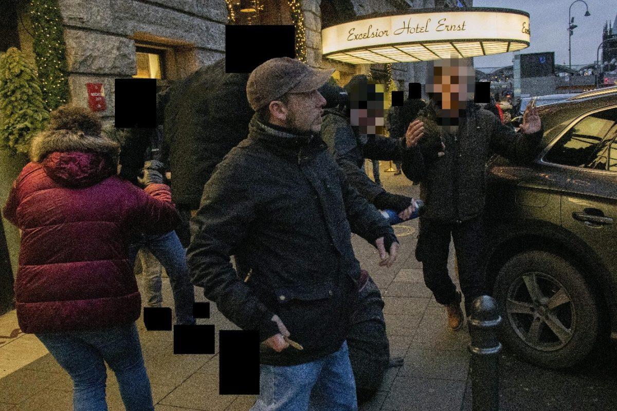 Messer-Attacke von rechtem Demonstrationsteilnehmer